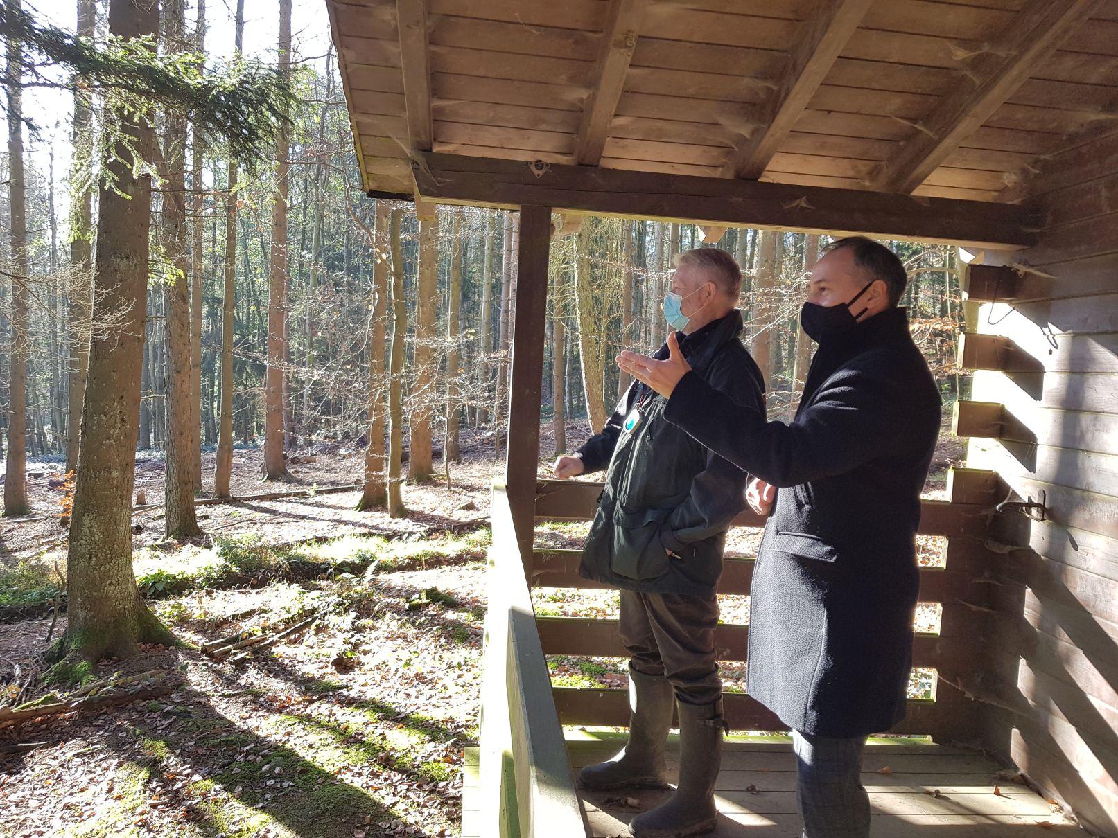 Bürgermeister Adnan Shaikh mit Martin Westenberger, Revierleiter der Revierförsterei Kronberg im Forstamt Königstein.