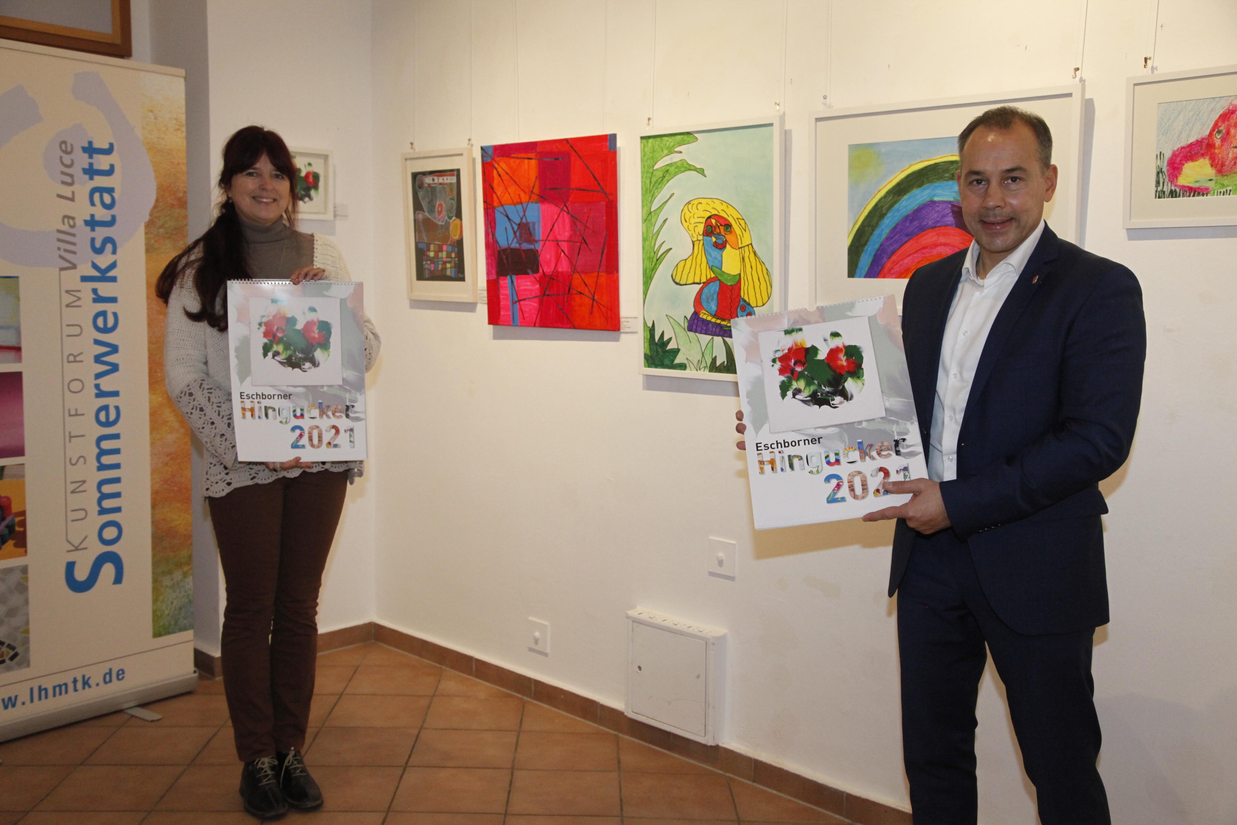 "Kunstpädagogin Eva Keller-Welsch und Bürgermeister Adnan Shaikh präsentieren den ""Hingucker""-Kalender."