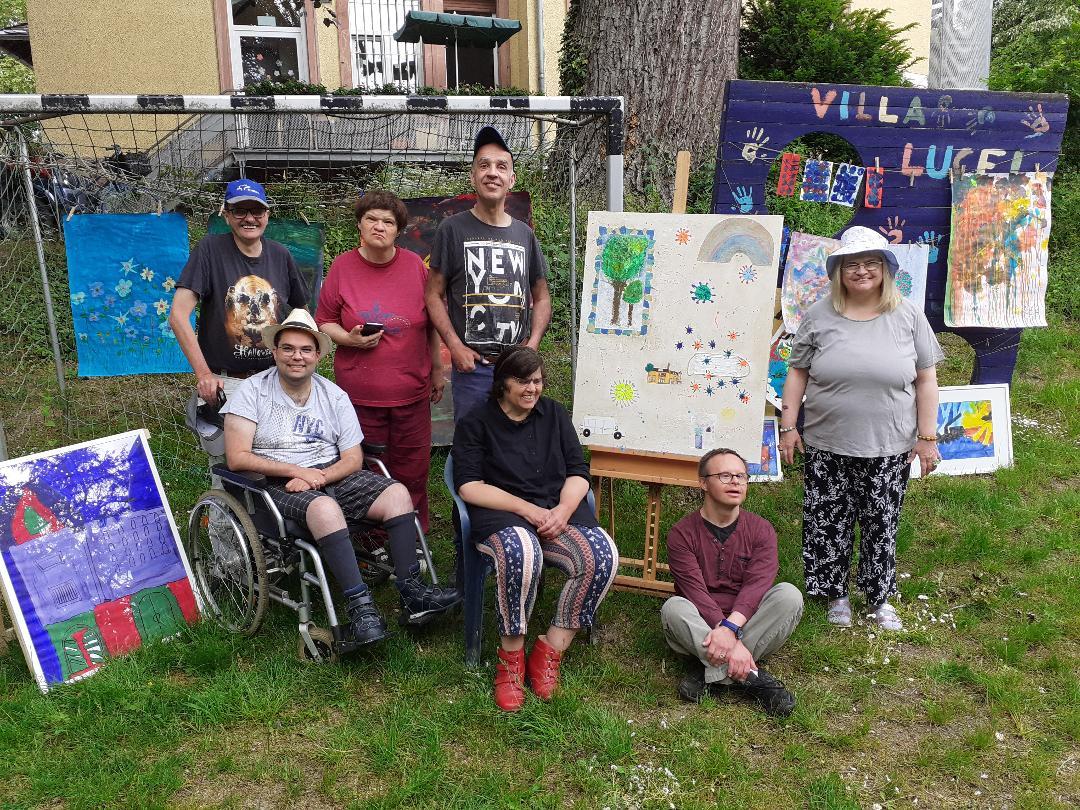 Im Sommer stellen sich die Künstlerinnen und Künstler zum Gruppenfoto auf.