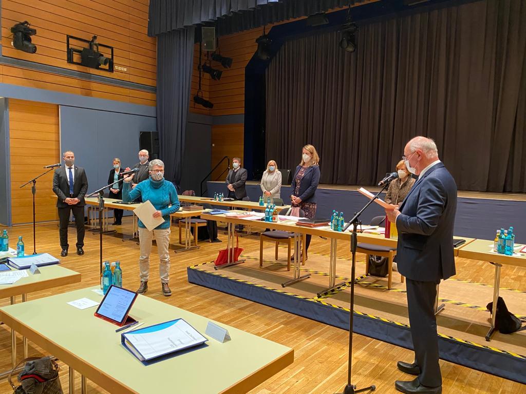 Stadtverordnetenvorsteher Reinhard Birkert vereidigt die Eschborner Bürgerin Susanne Sievers (Die Linke) als neue Stadrätin.