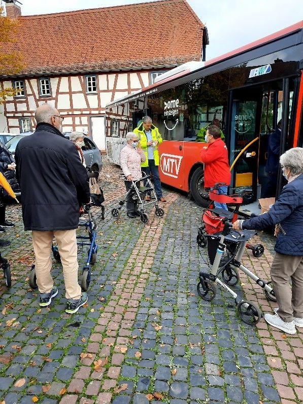 In einem speziellen Training konnten Seniorinnen und Senioren das Einsteigen in den Bus üben.