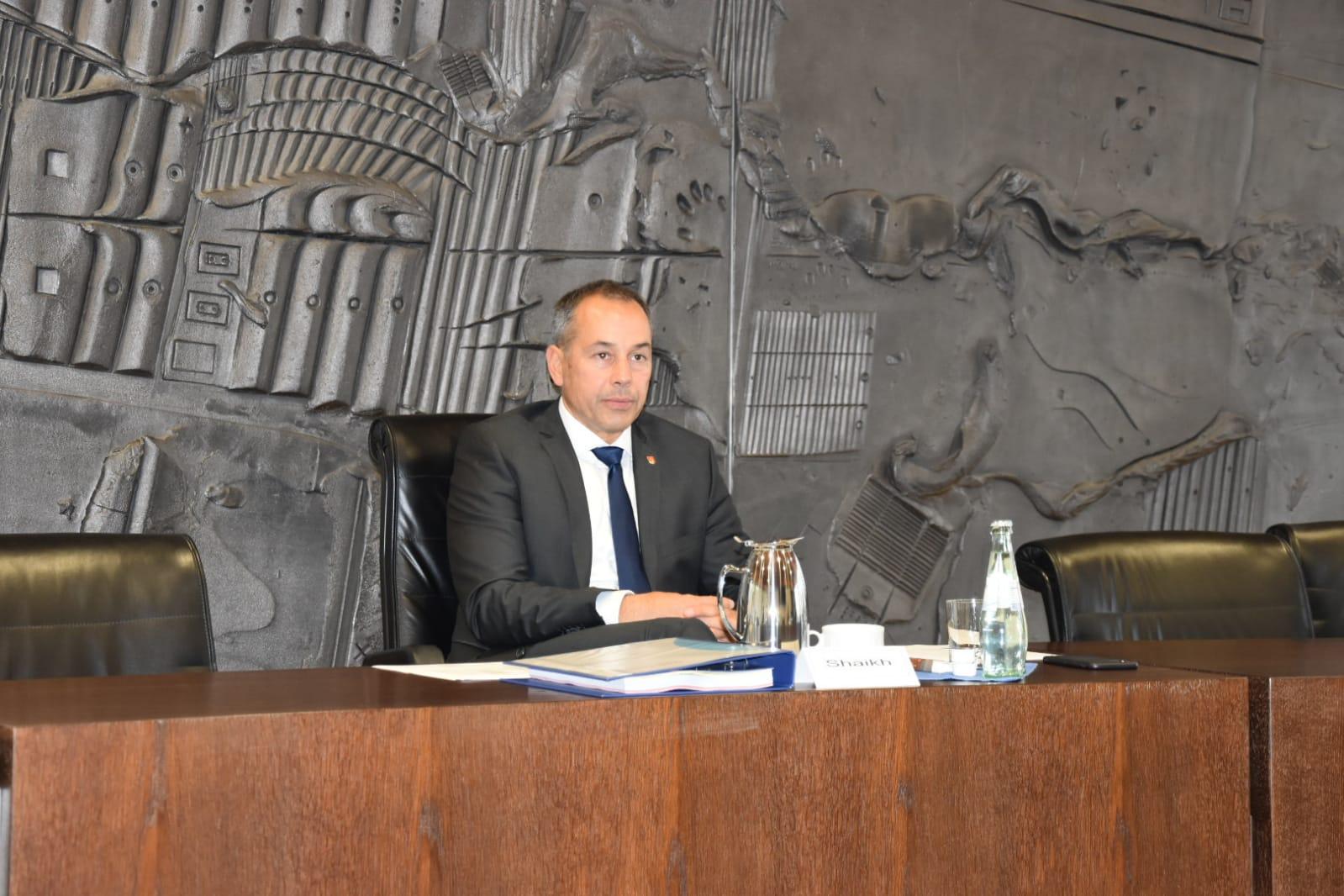 Bürgermeister Adnan Shaikh auf der Pressekonferenz im Rathaus.