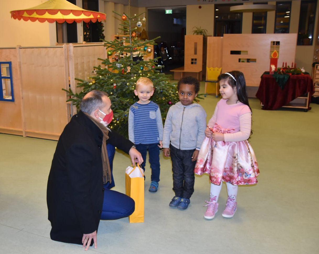 Bürgermeister Adnan Shaikh brachte persönlich einen süßen Nikolaus-Gruß in der Kita Ritterhof vorbei.