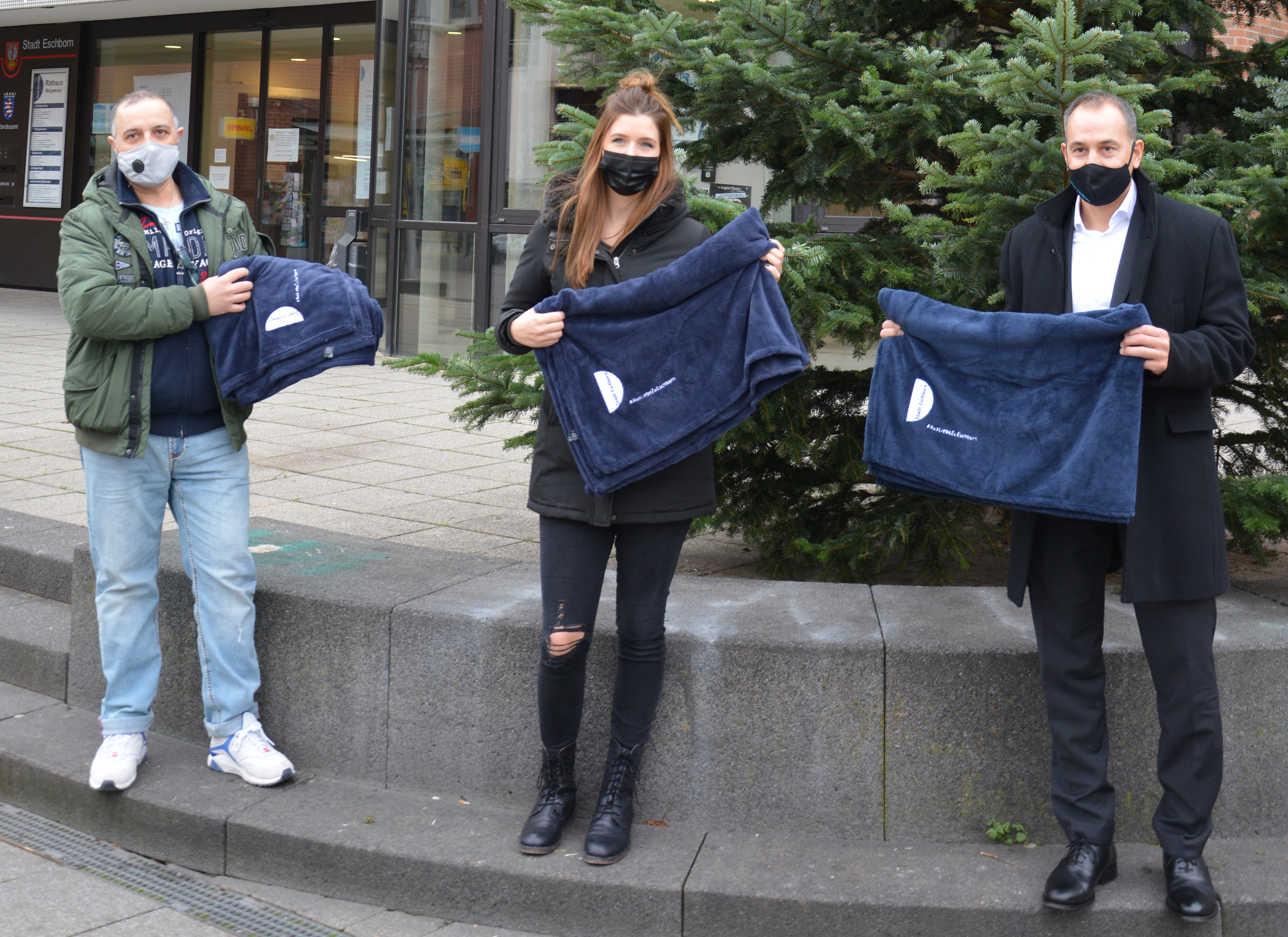 Die ersten Decken wurden von Bürgermeister Adnan Shaikh an Johanna Häusser, Alte Dorfschmiede, und Giuseppe Campagna, Eiscafé Il Gelato 2000 verteilt.