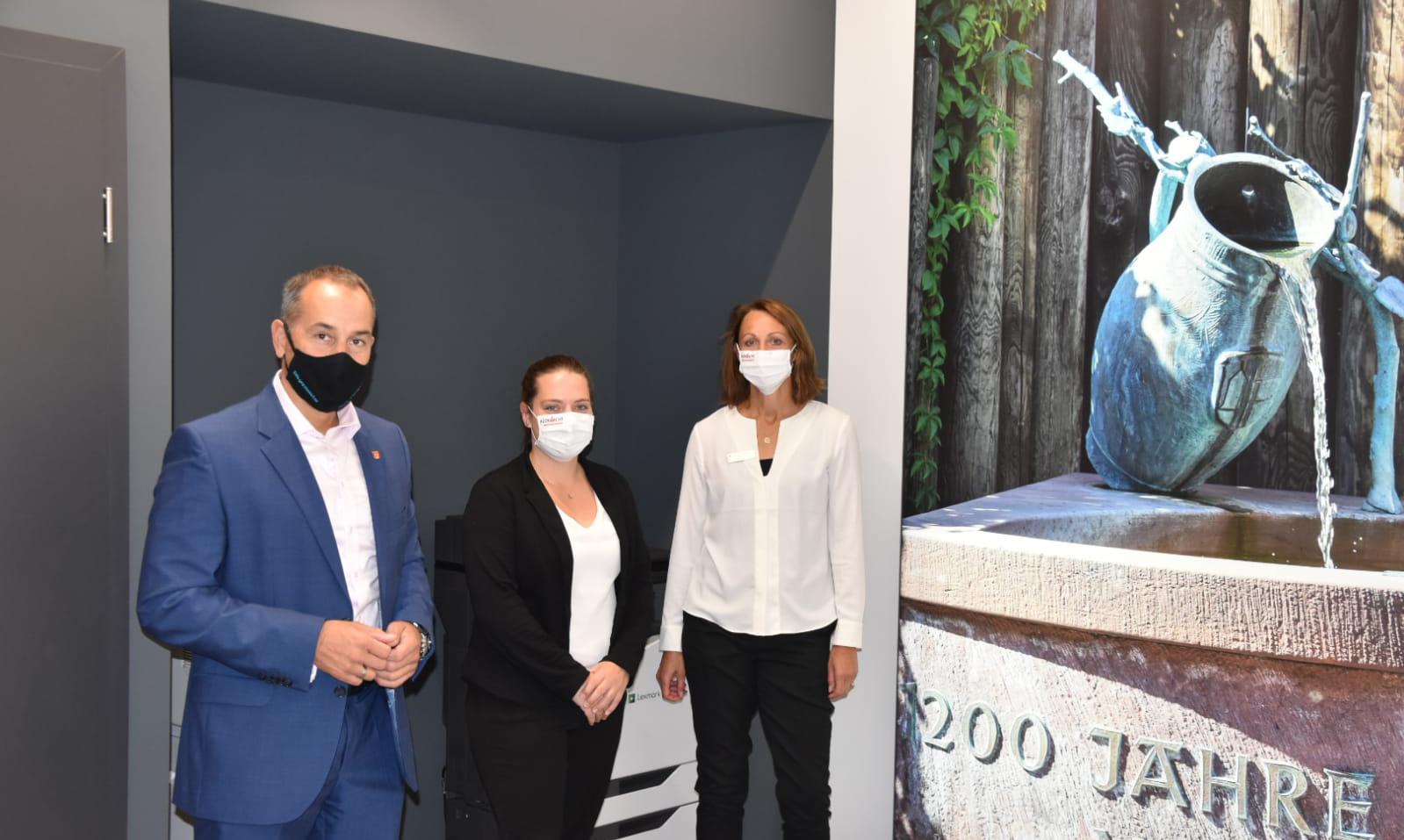 Bürgermeister Adnan Shaikh, Mareike Stroh und Jutta Kreisel im neuen FinanzPunkt.