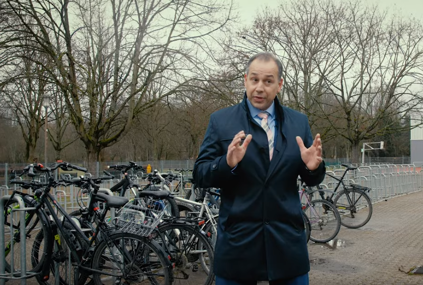 Bürgermeister Adnan Shaikh vor den Fahrradständern der Heinrich-von-Kleist-Schule.