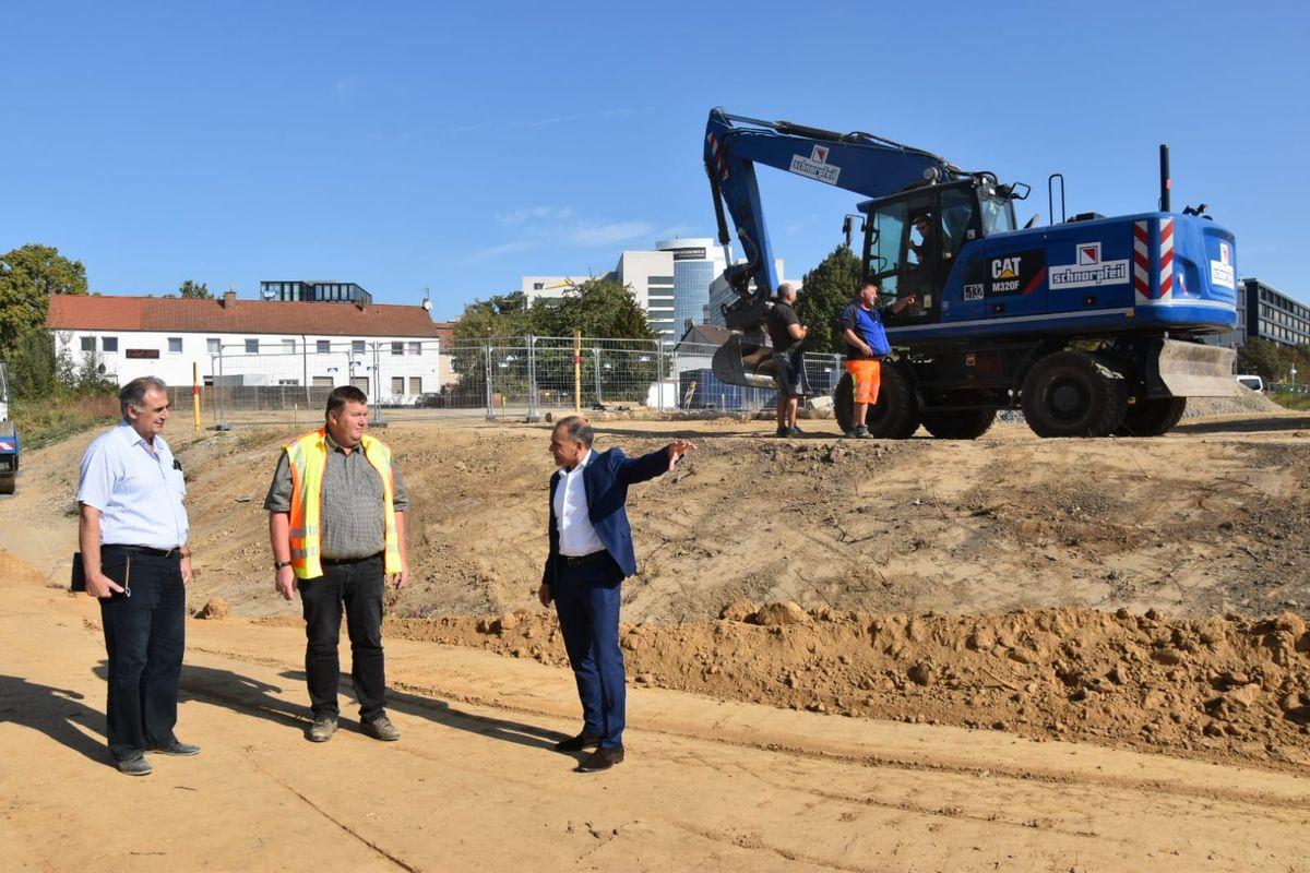 Bürgermeister Adnan Shaikh mit Mitarbeitern der Stadtverwaltung im Sommer vergangenen Jahres an der Baustelle.